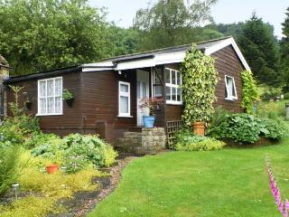 DAMSON CROFT, single storey cottage, two bedrooms, lawned garden, in Lastingham, Ref 14454 - Lastingham vacation rentals
