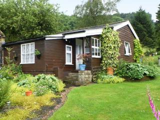 DAMSON CROFT, single storey cottage, two bedrooms, lawned garden, in Lastingham, Ref 14454 - Lastingham vacation rentals