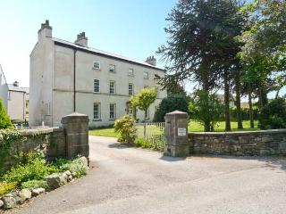 6 CARK HOUSE, second floor apartment, two bedrooms, shared gardens, shop and pub 2 minutes walk, in Cark in Cartmel, Ref 17831 - Cark vacation rentals