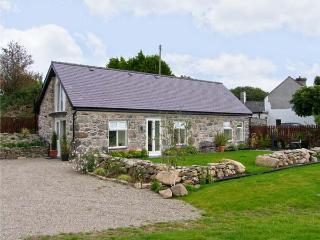 BEUDY HYWEL, detached barn conversion, en-suite king-size double bedroom, lawned garden, pet friendly, in Llanrug, Ref 6145 - Llangoed vacation rentals