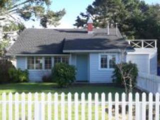 Cozy Cottage for Small Family, King Bed, Fire Pit, Pups - Image 1 - Lincoln City - rentals