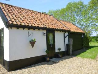 GARDEN COTTAGE, single storey cottage, ideal romantic retreat, in Pulham Market, Ref 17088 - Stowmarket vacation rentals