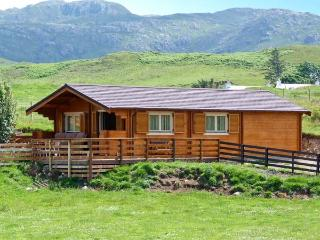 CRAIGARD, stunning log cabin in beautiful rural setting, close to beach, Achnaha in Kilchoan Ref 18138 - Kilchoan vacation rentals