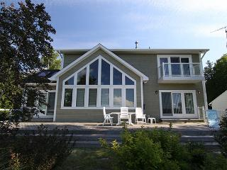 Bright 3 bedroom Sauble Beach Cottage with Deck - Sauble Beach vacation rentals