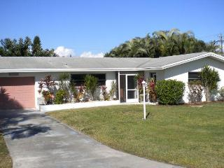 Villa Kerr  Cape Coral Yachtclub Area Poolhome - Cape Coral vacation rentals