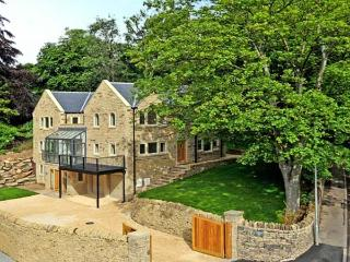 CLOUDS HILL, near Huddersfield, picturesque walks, off road parking and swimming pool, Ref 17756 - Padfield vacation rentals