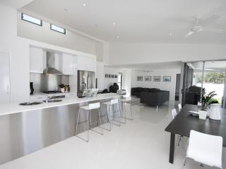 SANDS beach house - wifi, linen, weekly cleaning - Coolum Beach vacation rentals
