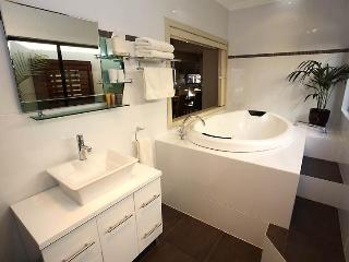 Mansfield luxurious, two bedroom modern apartment - Mansfield vacation rentals