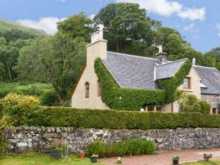 OLD SCHOOL HOUSE, character cottage on shores of loch, large gardens, cosy welcome in Letterfearn Ref 18097 - Ardelve vacation rentals
