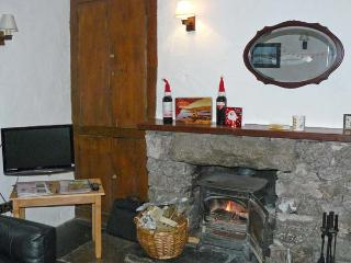 CRAGG COTTAGE, stone cottage, woodburner, patio, close pub in Lindale Ref 18424 - Lindale vacation rentals