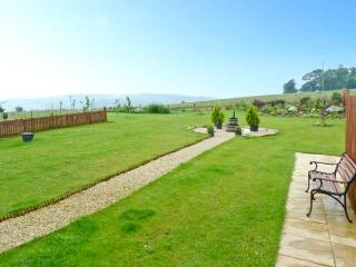 THE GRANARY, family accommodation, Jacuzzi bath, lawned gardens, views of Jedburgh and countryside, in Jedburgh, Ref 17400 - Jedburgh vacation rentals
