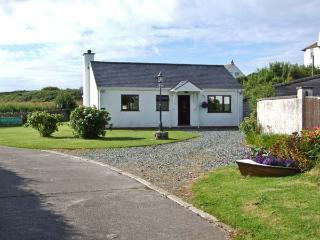 YSTRAD, single storey cottage, on the island of Anglesey, off road parking, with a garden, in Trearddur Bay, Ref 18601 - Trearddur Bay vacation rentals