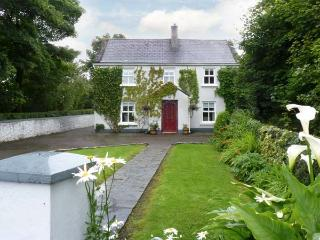 IVY HOUSE, detached cottage, near fishing lake, multi-fuel stove, enclosed garden and orchard, in Loughrea, Ref 17935 - Portumna vacation rentals