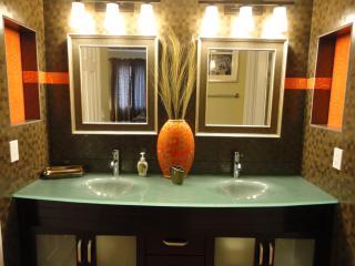 Sunset Villa hot tub, putting green, 5 min strip - Las Vegas vacation rentals