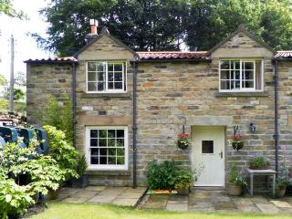 TRANMIRE COTTAGE, stone cottage with en-suite, open fire, character, garden in Lastingham Ref 18645 - Lastingham vacation rentals