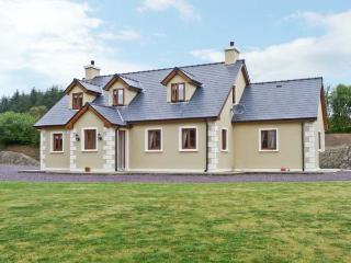 PRIEST'S LEAP COTTAGE, near scenic walks, dolphin and whale spotting nearby, on the edge of Ballylickey Ref 13274 - Ballylickey vacation rentals