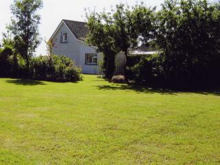 Beautiful Country Cottage & Garden   Free Wi-Fi - Doon vacation rentals