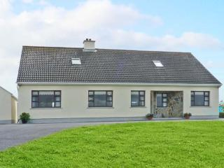 BEACH HOUSE, bungalow, with solid fuel range, shared gardens, close to beach, in Carna, Ref 19013 - Carna vacation rentals