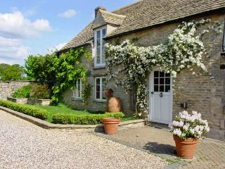 DUTTON HOUSE, detached, open fire, shared use of swimming pool in Witney, Ref 19027 - Witney vacation rentals