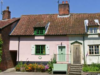 FEATHER COTTAGE, a former ale house, pet-friendly, with a garden, in Peasenhall, Ref 17093 - Bawdsey vacation rentals