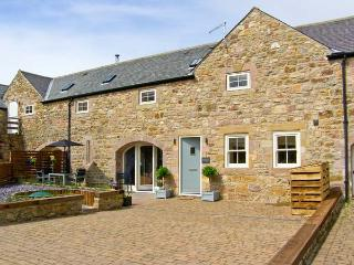 OLD BYRE, near beaches, off road parking, with a patio garden, in Beadnell, Ref 15758 - Beadnell vacation rentals