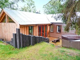 SUIDHE COTTAGE, detached timber cottage, with three bedrooms, decked area and hot tub, in Kincraig, Ref 17310 - Newtonmore vacation rentals