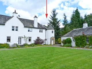 EAST TURRET, first floor apartment, with open fire, off road parking, and shared lawned garden, in Comrie, Ref 18746 - Crieff vacation rentals