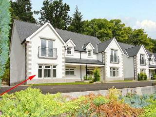 THE OAKS, RIVER COURT, ground floor apartment, off road parking, garden, close to river, in Invergarry, Ref 18883 - Inverinate vacation rentals