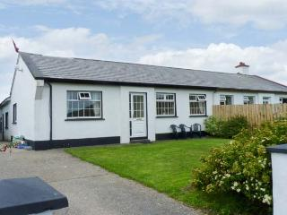 BENVIEW HOUSE, single-storey cottage, with Jacuzzi bath, and private rear patio, in Roundstone, Ref 17712 - Connemara vacation rentals