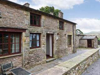 STABLE COTTAGE, cottage on working farm, flexible sleeping, play area, Newbiggin-on-Lune Ref 17243 - Newbiggin-on-Lune vacation rentals