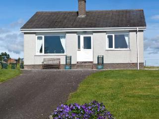 BALNACRUIE, detached single-storey cottage, with off road parking, and garden, in National Park, near Boat of Garten, Ref 19204 - Aviemore and the Cairngorms vacation rentals