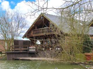 WOODPECKER LODGE, wooden lakeside lodge, hot tub, veranda, fishing, golf, pool in Tattershall, Ref 19267 - Old Leake vacation rentals