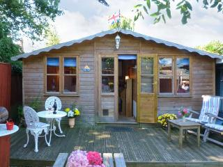 THE CHALET, single storey romantic cottage, deck and patio, close coast in Fishbourne Ref 19315 - Chichester vacation rentals