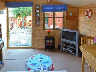 THE CHALET, single storey romantic cottage, deck and patio, close coast in Fishbourne Ref 19315 - Fishbourne vacation rentals