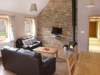 POTTOWE COTTAGE, barn conversion, with woodburning stove, Jacuzzi bath, shared walled garden, in Stokesley, Ref 13981 - Stokesley vacation rentals