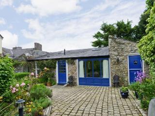 THE COACH HOUSE, romantic retreat, en-suite bedroom, woodburning stove, large garden, in Bandon, Ref 17449 - Bandon vacation rentals
