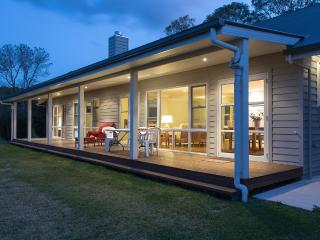 Carislea Cottage 2 bedroom 10 min walk to Village - Cooroy vacation rentals