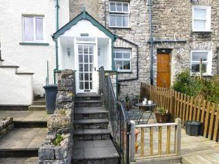 THE CHIMES, cosy cottage, with lovely views, decked area, romantic retreat, town location, in Kendal, Ref 13271 - Kendal vacation rentals