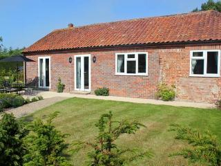 MOAT FARM COTTAGE, near the coast, off road parking, garden, in Aylsham, Ref 19944 - Fakenham vacation rentals