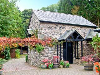 THE OLD BARN, 200 year old barn conversion, en-suite bedroom, conservatory, parking, patio, near Ruthin, Ref 20252 - Ruthin vacation rentals