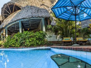 Great luxury villa with guesthouse, pool & cook - Tiwi vacation rentals