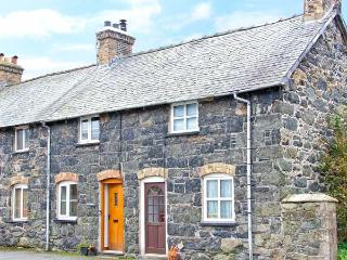RHYDLOEW, cosy, Grade II listed cottage with mountain views in Llanuwchllyn, Ref. 18728 - Llanuwchllyn vacation rentals