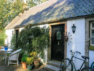 SWEETPEA COTTAGE, single-storey accommodation, woodburner, walled garden, Wiston near Biggar Ref 20493 - Leadhills vacation rentals