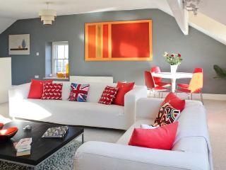 FLAT 3, coastal views, close amenities, own garden, Grange-over-Sands Ref 14911 - Cumbria vacation rentals