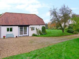 OKE APPLE COTTAGE, single storey pet friendly cottage in AONB, near Sturminster Newton Ref 20119 - Blandford Forum vacation rentals