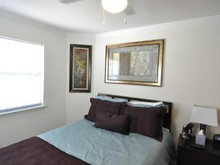 Great location sleeps 6! 2 blks to Conv. Ctr + 6th - Austin vacation rentals
