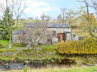 THE READING ROOMS, pet-friendly riverside cottage, woodburner, walks from door, National Park, near Buckden Ref 5414 - Buckden vacation rentals