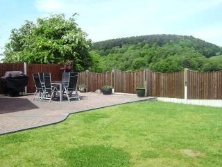 CHURNET VALLEY COTTAGE, family accommodation, pet friendly, large garden, walks from the door, in Froghall, Ref 20097 - Froghall vacation rentals