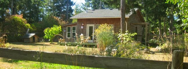 Cozy 1 bedroom Comox Cottage with Deck - Comox vacation rentals