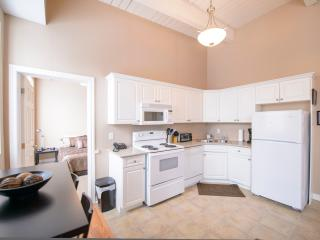 Cozy Apartment with Dishwasher and A/C in Niagara Falls - Niagara Falls vacation rentals